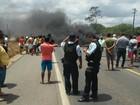Moradores bloqueiam tráfego na BR-222 no município de Croatá, no CE