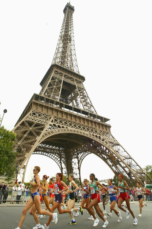 A tradicional Maratona de Paris passa pelos pontos turísticos da cidade (Foto: Getty Images)
