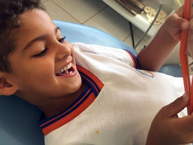 Menino dentes 04 (Foto: Amanda Mattos/Arquivo pessoal)
