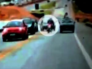 Carro invadiu pista contrária e atingiu motociclista (Foto: Reprodução/TV TEM)