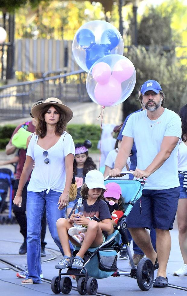Penelope Cruz e Javier Bardem  com os filhos, Leonardo e Luna (Foto: The Grosby Group)