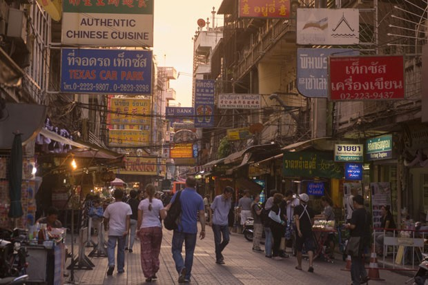 the Road at dusk in the China Town in the city of Bangkok on 3.11.2016 in Thailand (Foto: Getty Images/iStockphoto)
