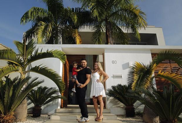 Ana de Biase com o marido, João Tristão, e o filho, João Vitor, mostram a decoração de sua casa para o EGO (Foto: Marcos Serra Lima/EGO)