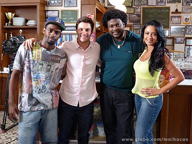 Nos bastidores, Hugo Bonemer e Cridemar Aquino se divertem com o elenco (Foto: Malhação / TV Globo)