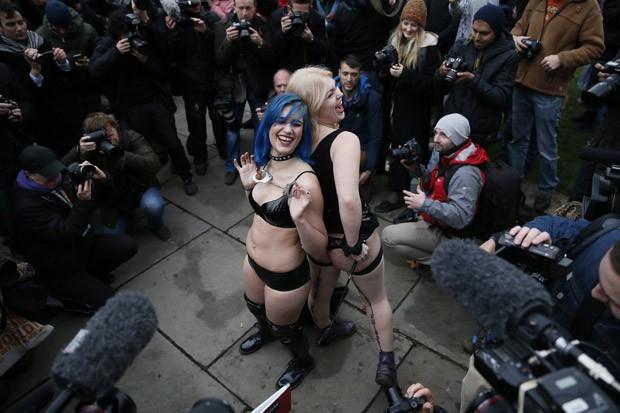 Jovens usam algemas e outros acessórios de sadomasoquismo em protesto na capital britânica (Foto: Stefan Wermuth/Reuters)