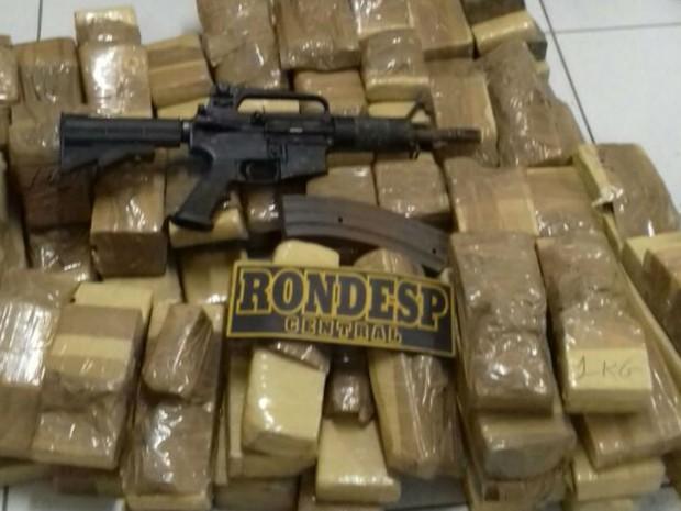 Polícia encontrou drogas e arma com suspeito, informou SSP-BA (Foto: Divulgação)