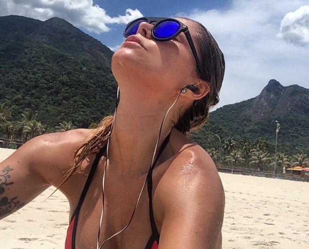 Bruna Salvatori aproveita mar para refrescar (Foto: Arquivo Pessoal)