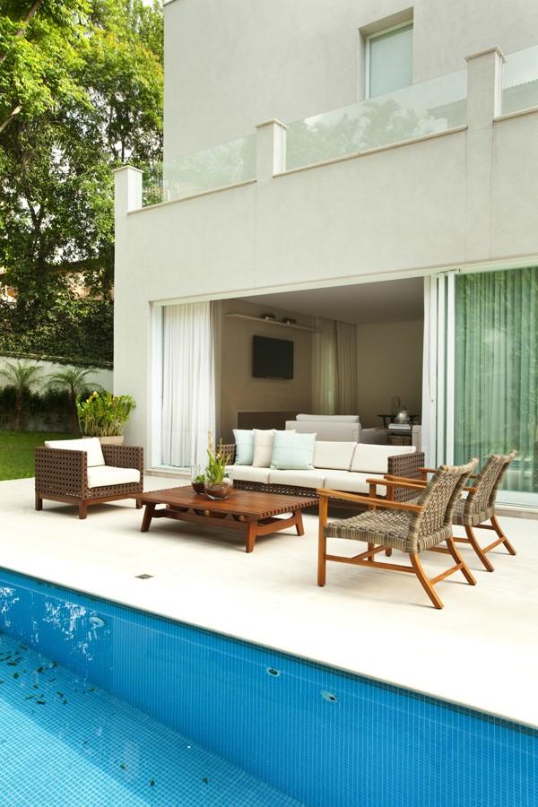 Vista da casa a partir do jardim. O living está totalmente integrado à área externa (Foto: Adriana Barbosa/Divulgação)