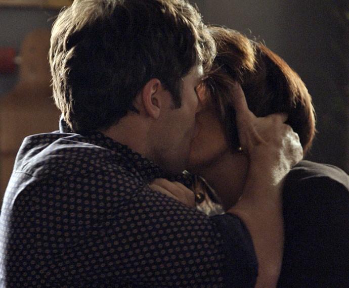 Beatriz e Murilo se beijam com tudo (Foto: TV Globo)