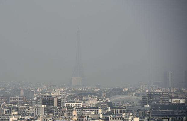 Foto de 18 de março mostra a Torre Eiffel em meio à poluição; Paris instituiu rodízio de carros nesta segunda-feira (23) para tentar amenizar problema (Foto: Franck Fife/AFP)