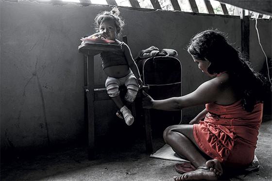 Paciente mirim com sua mãe  (Foto: Rogério Cassimiro/ÉPOCA)