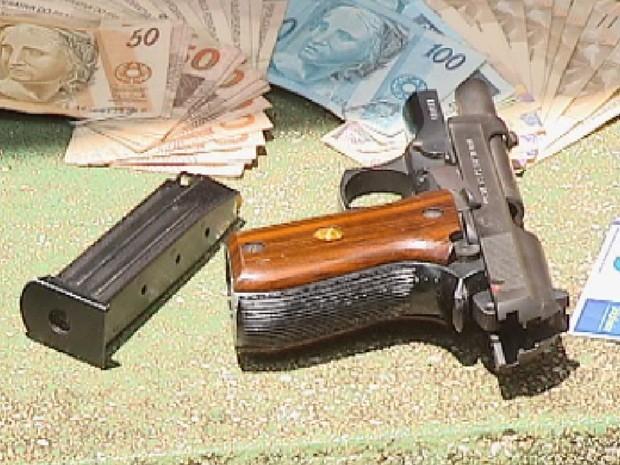 Arma e dinheiro apreendido com um dos assaltantes em Jaci (Foto: Reprodução/TV TEM)