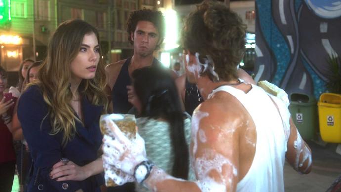 Camila quer conversar com Robinson, mas é esnobada (Foto: TV Globo)