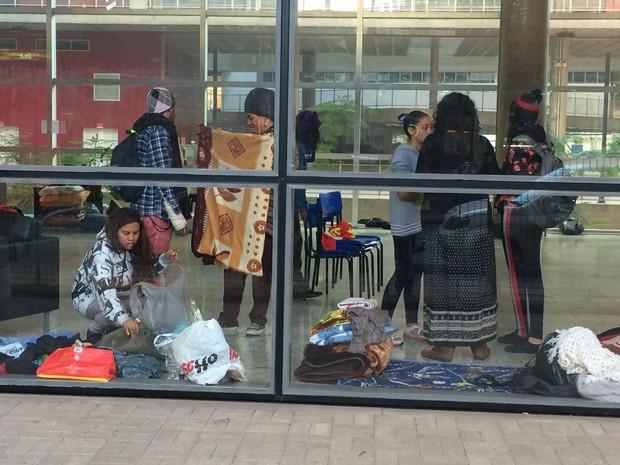 Alunos recolhem roupas e cobertores do Centro Paula Souza (Foto: Tatiana Santiago/G1)