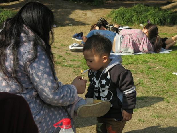 Hart Hagerty ficou chocada ao ver mãe acendendo cigarro para bebê em parque na China (Foto: Hart Hagerty/Shangai Style File)