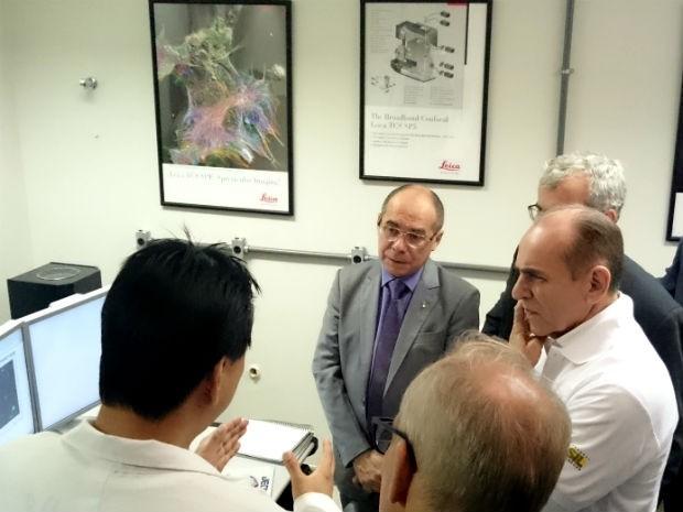Ministro da Saúde, Marcelo Castro, e secretário de Vigilância em Saúde, Antônio Nardi, em visita a laboratório da UnB (Foto: Mateus Rodrigues/G1)