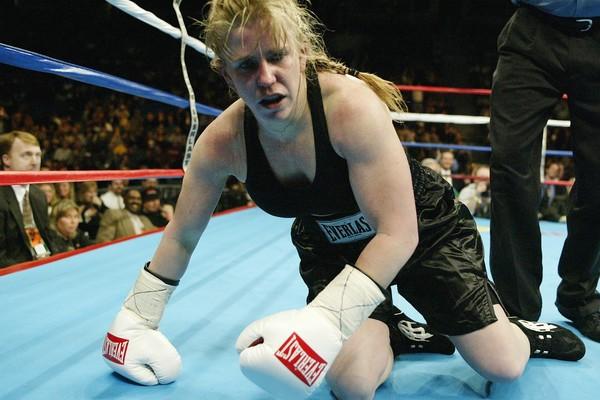 Anos após o escândalo na patinação, Tonya seguiu carreira no boxe (Foto: Getty Images)