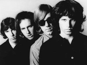 Em foto de divulgação antiga dos The Doors, Ray Manzarek é o terceiro da esquerda para a direita, de óculos escuros (Foto: AP)