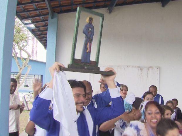 Venezuelanos mostraram um pouco da sua cultura para as crianças em Bertioga (Foto: Reprodução/TV Tribuna)