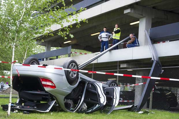 Carro que caiu de estacionamento no aeroporto de Schiphol, em Amsterdã, nesta segunda-feira (14) (Foto: AFP)