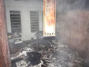 Incêndio destruiu documentos em antigo prédio da Fadisc em São Carlos (Foto: Maurício Duch/Arquivo Pessoal)