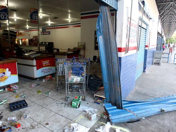 Com greve da PM na Bahia, banco e mercado são arrombados e aulas suspensas em Salvador (Foto: Lúcio Távora/Agência A Tarde/Estadão Conteúdo)