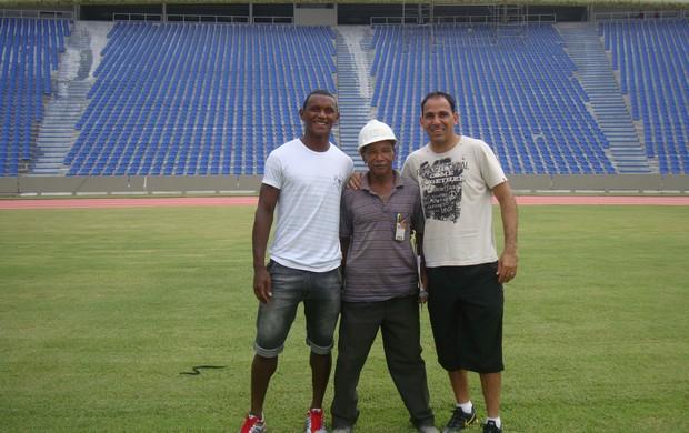 O mestre de obras Libânio dos Reis aproveitou a visita dos jogadores do Sampaio (Foto: Zeca Soares)