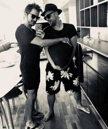 Paulo Gustavo e o marido anunciam a gravidez com brincadeira na internet (Foto: Reprodução Instagram @paulogustavo31)