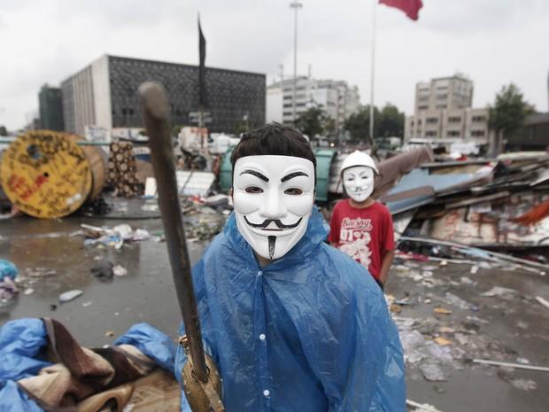 12/6 - Manifestante na manhã desta quarta no Parque Gezi, em Istambul (Foto: AP)
