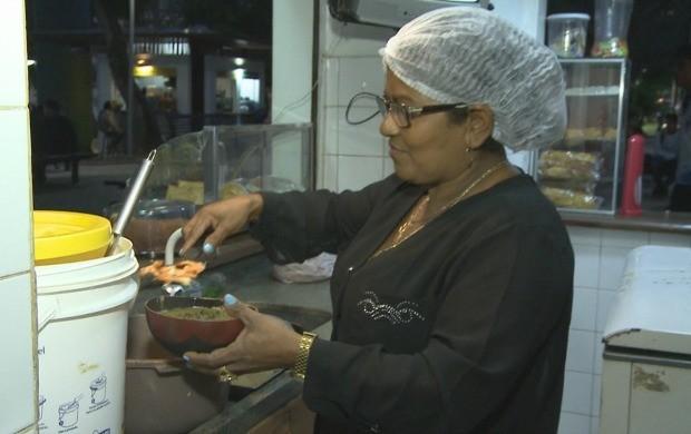 Francisca Nonata vende tacacá há mais de 20 anos em uma praça de Rio Branco (Foto: Acre TV)