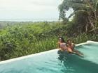 Thammy aproveita piscina ao lado da namorada Andressa Ferreira