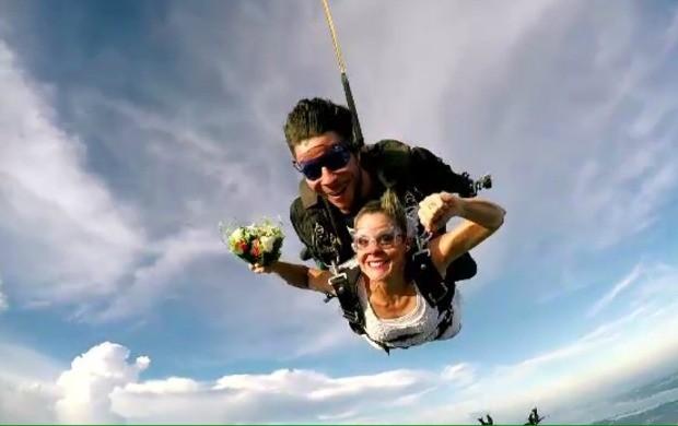 Noivos se casam durante salto de paraquedas (Foto: Reprodução/ Bom Dia Brasil)