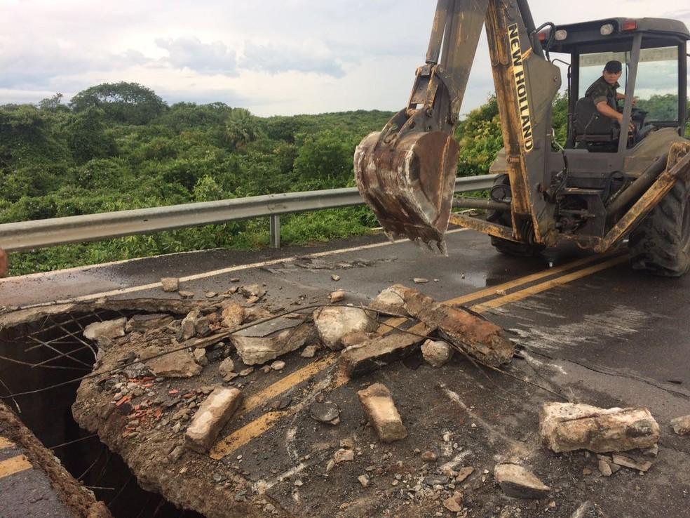 Trabalho de retirada da laje danificada teve teve início neste sábado (22), no litoral do Piauí (Foto: Divulgação/DNIT)