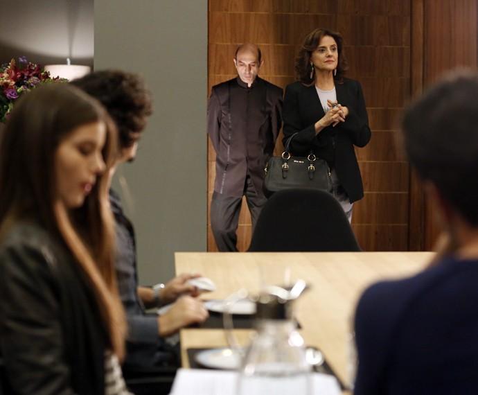 Fanny vai até o apartamento de Alex para fazer um pedido especial (Foto: Ellen Soares/ Gshow)