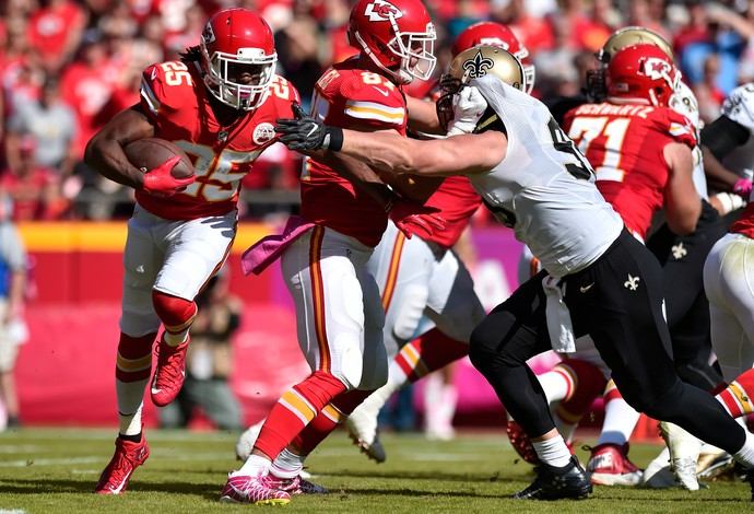Jamaal Charles, do Kansas City Chiefs, corre com a bola contra o New Orleans Saints (Foto: Getty Images)