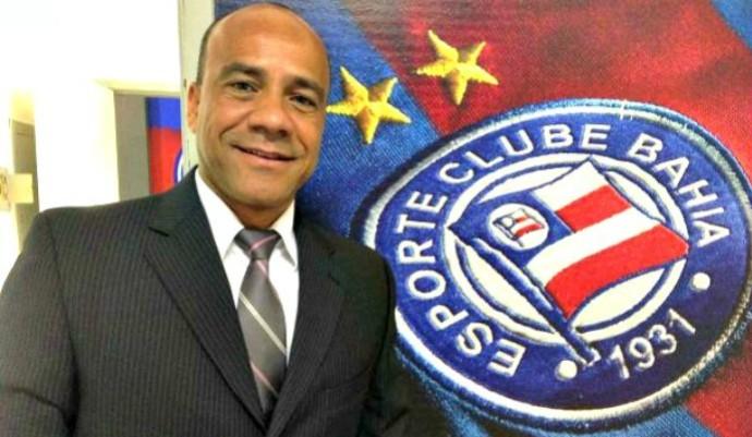 Sérgio Soares assina contrato com o Bahia para a temporada de 2015 (Foto: Divulgação/E.C. Bahia)