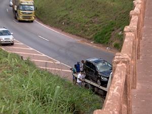 Carro cai de viaduto e 4 ficam feridos (Foto: Reprodução/TV Globo)