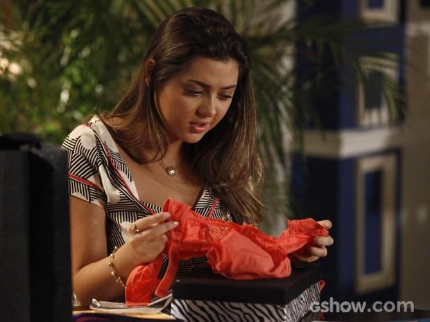 Bárbara não esconde sua surpresa com o presente ousado (Foto: Inácio Moraes/TV Globo)