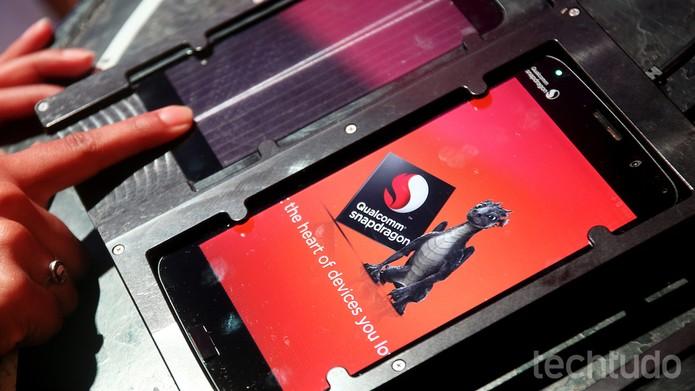 Leitor de digitais ultrassom não depende de sensores físicos (Foto: Fabrício Vitorino / TechTudo)
