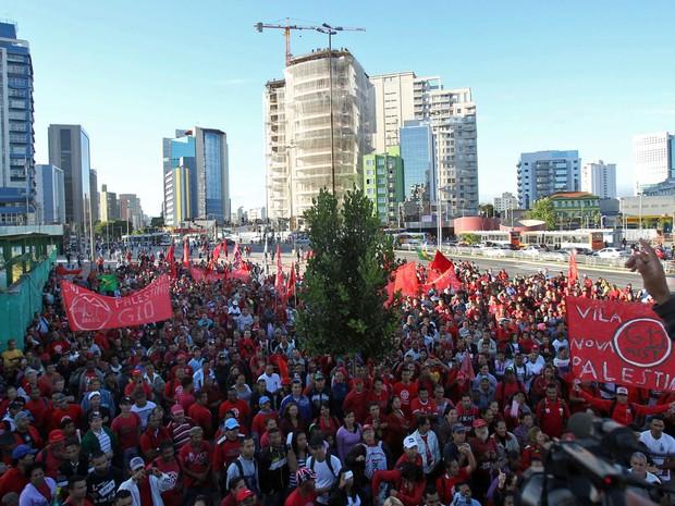 Integrantes do Movimento dos Trabalhadores Sem Teto (MTST) protestam no Largo da Batata, na  Zona Oeste de São Paulo, por volta das 7h desta quarta-feira (26) (Foto: Werther Santana/Estadão Conteúdo)