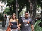Debby Lagranha mostra o barrigão ao deixar clínica no Rio de Janeiro