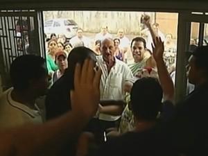 Também teve confusão na entrada da Câmara (Foto: Reprodução/TV TEM)