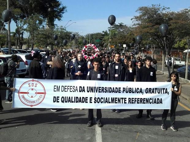 Funcionários da Unicamp fazem passeata no campus de Campinas (Foto: Pedro Amatuzzi)