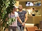 Luan Santana vai ao cinema com amigos no Rio