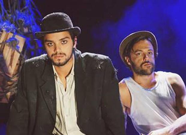Rodrigo Simas e Kayky Brito estrelam a peça 'Dois perdidos numa noite suja' (Foto: Divulgação)