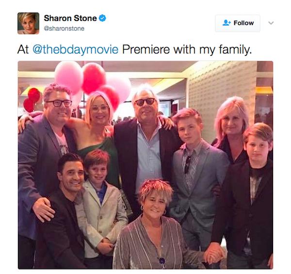 A atriz Sharon Stone em uma festa com os filhos e a família (Foto: Twitter)