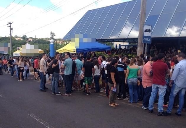 Estudantes esperam para primeira fase do vestibular (Foto: Graciela Andrade / TV TEM)
