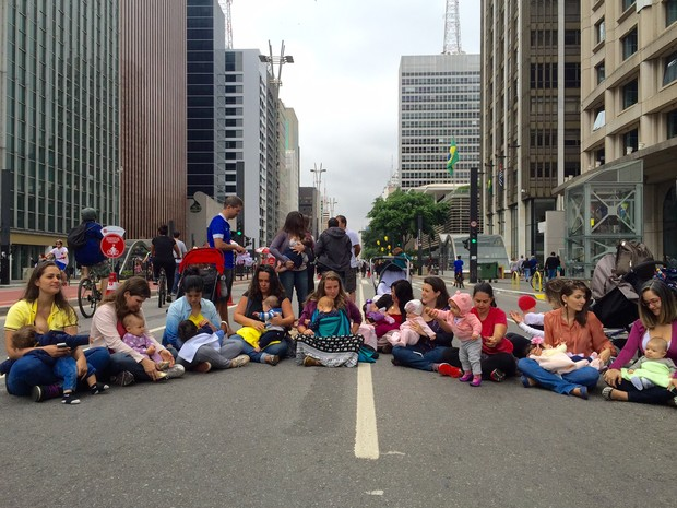Mulheres amamentam na Paulista fechada para carros (Foto: Anne Barbosa/G1)