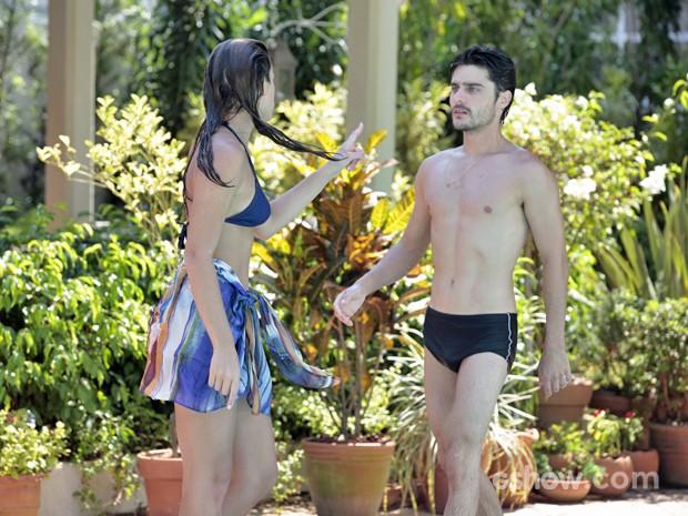 Helena e Laerte brigam na piscina (Foto: Em Família/ TV Globo)
