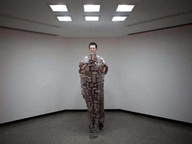Artista britânico Antony Gormley ao lado de obra exposta no Centro Cultural Banco do Brasil, em São Paulo (Foto: Caio Kenji/G1)